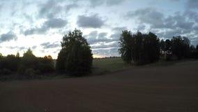 Sonnenaufgang bewölkt Betrieb über dem Feld, Zeitspanne 4K stock video