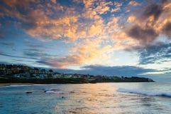 Sonnenaufgang an Bronte-Strand Stockbilder