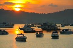 Sonnenaufgang an Chalong-Hafen, Haupthafen für Reiseschiff Lizenzfreies Stockbild