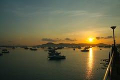 Sonnenaufgang an Chalong-Hafen, Haupthafen für Reiseschiff Stockfoto