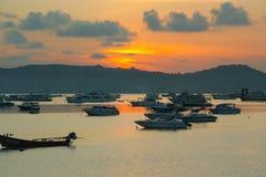 Sonnenaufgang an Chalong-Hafen, Haupthafen für Reiseschiff Lizenzfreies Stockfoto