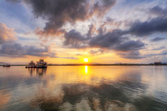 Sonnenaufgang in dem Fluss in Thailand Stockfoto