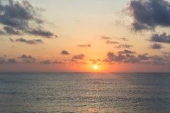 Sonnenaufgang in dem Meer lizenzfreie stockfotos