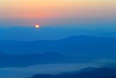 Sonnenaufgang an den Bergen. Stockbild