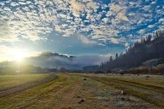 Sonnenaufgang an den Bergen stockfotos