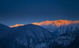 Sonnenaufgang in den Bergen im Winter Stockfotografie