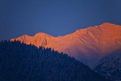 Sonnenaufgang in den Bergen im Winter Stockfoto