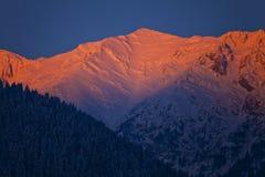 Sonnenaufgang in den Bergen im Winter Lizenzfreie Stockbilder