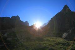 Sonnenaufgang in den hohen Bergen stockfoto