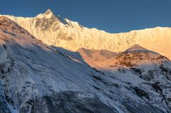 Sonnenaufgang in den hohen mountans im Himalaja Stockfotos