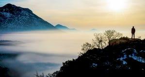 Sonnenaufgang in den nebelhaften Bergen Stockbild