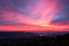 Sonnenaufgang an den tschechischen zentralen Bergen Lizenzfreies Stockfoto