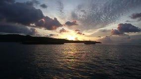 Sonnenaufgang in den Wolken im Ozean stock video footage