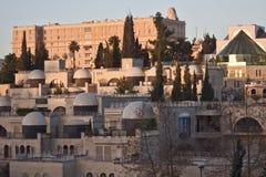Sonnenaufgang, der über einer Jerusalem-Nachbarschaft bei Sonnenaufgang sich reflektiert Lizenzfreies Stockbild