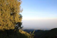 Sonnenaufgang, der den Bromo-Vulkan übersieht stockbilder