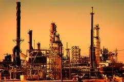 Sonnenaufgang an der Erdöl-Raffinerie Stockfotos