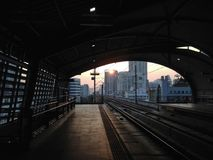 Sonnenaufgang an der Flughafenschienenverbindung Phayathai in Bangkok stockbilder
