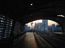 Sonnenaufgang an der Flughafenschienenverbindung Phayathai in Bangkok lizenzfreies stockfoto