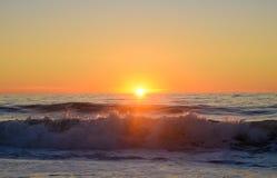 Sonnenaufgang an der Horizont-Linie in der Ozean-Stadt Lizenzfreies Stockbild