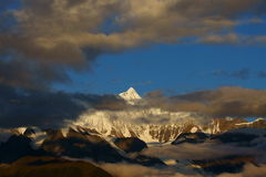 Sonnenaufgang der Mainri Schnee-Berge Stockfoto