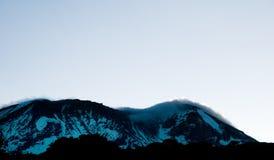 Sonnenaufgang, der oben hinter Mt Kilimanjaro kriecht Lizenzfreies Stockfoto