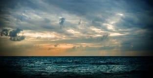 Sonnenaufgang in der siamesischen Bucht Schöner Sonnenaufgang- oder Sonnenunterganghintergrund stockfotografie
