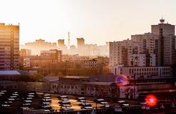 Sonnenaufgang in der Stadt stockbild