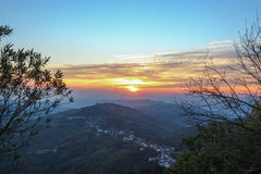 Sonnenaufgang in der Stadt mit dem Gebirgshintergrund Lizenzfreies Stockfoto