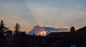 Sonnenaufgang in der Stadt mit holey Wolke stockbild