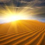 Sonnenaufgang in der Wüste Hintergrund ist mit Sternen voll stockbild