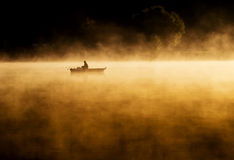 Sonnenaufgang des frühen Morgens, Bootfahrt auf dem See in einem enormen Nebel lizenzfreies stockbild