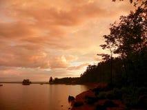 Sonnenaufgang des frühen Morgens und leichter Sommerregenschauer auf Ottowa Ri Lizenzfreies Stockfoto