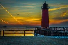 Sonnenaufgang des Leuchtturmes mit buntem Himmel Lizenzfreie Stockbilder