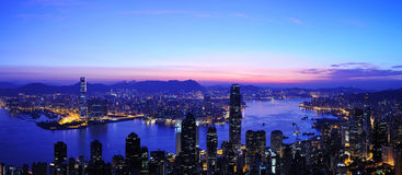 Sonnenaufgang des Victoria-Hafens panoramisch, Hong Kong Stockfoto