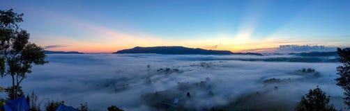 Sonnenaufgang des Vogelperspektivepanoramalandschaftsblauen Himmels nebelig im mountai stockbild