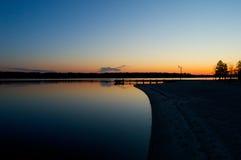 Sonnenaufgang am Dock auf dem Fluss Stockbild