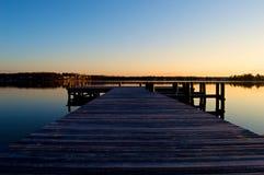 Sonnenaufgang am Dock auf dem Fluss Lizenzfreie Stockfotografie