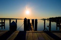 Sonnenaufgang am Dock auf dem Fluss Lizenzfreies Stockfoto