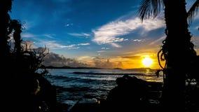Sonnenaufgang durch das karibische Meer Stockfotos