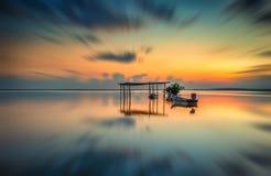 Sonnenaufgang durch das Meer Stockbilder