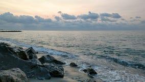 Sonnenaufgang durch das Meer Stockfotografie