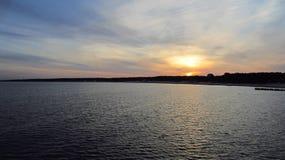 Sonnenaufgang durch das Sommermeer stockfotos