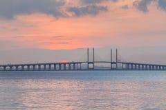 Sonnenaufgang durch das Ufer mit Ansicht von Penang-Brücke Stockbilder