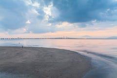 Sonnenaufgang durch das Ufer mit Ansicht von Penang-Brücke Lizenzfreie Stockbilder