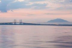 Sonnenaufgang durch das Ufer mit Ansicht von Penang-Brücke Stockfotos