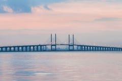 Sonnenaufgang durch das Ufer mit Ansicht von Penang-Brücke Lizenzfreie Stockfotografie