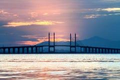 Sonnenaufgang durch das Ufer mit Ansicht von Penang-Brücke Stockfotografie