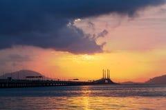 Sonnenaufgang durch das Ufer mit Ansicht von Penang-Brücke Stockbild