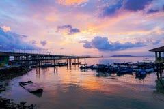 Sonnenaufgang durch das Ufer mit Ansicht von Penang-Brücke Lizenzfreie Stockfotos