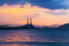 Sonnenaufgang durch das Ufer mit Ansicht von Penang-Brücke Stockfoto
